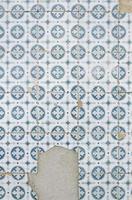 azulejos de parede quebrados foto
