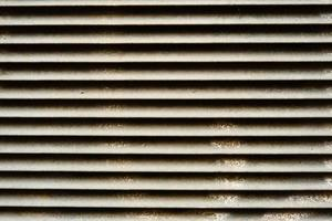 Close de veneziana metálica manchada e suja foto