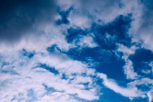 bela noite com nuvens altas antes da tempestade foto