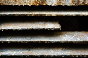 close up de parede de treliça de metal enferrujado, textura grunge, linhas texturizadas marrons abstratas, fundo isolado de construção de ferro antigo, superfície metálica suja marrom, material coberto por ferrugem, pano de fundo áspero foto