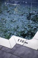 piscina suja com folhas foto