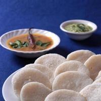 idli com sambar e chutney de coco no fundo azul, prato indiano comida favorita do sul da Índia rava idli ou semolina à toa ou rava à toa, servido com sambar e chutney verde. foto