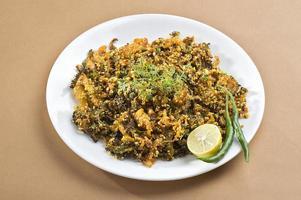 prato indiano amargo cabaça frita com especiarias e ervas foto