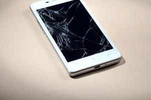 telefone inteligente com tela quebrada foto