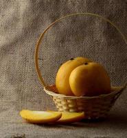 fruta da manga na cesta no fundo do pano de saco foto