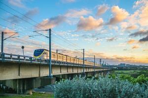 trem na ponte, cruze o rio touqian, hsinchu, taiwan foto