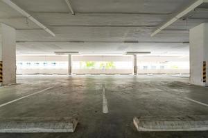 estacionamento vazio ou interior da garagem foto