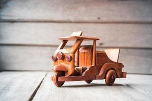 carro de brinquedo de madeira foto