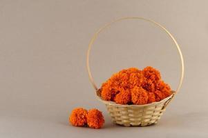 calêndula, flores de zendu flores em uma cesta de bambu. foto