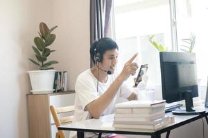 homem asiático trabalha em casa foto