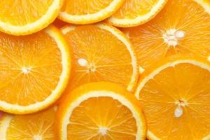 close-up de uma fatia de fruta laranja na cor de fundo foto
