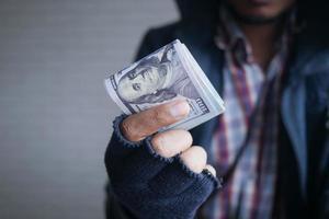 ladrão de luvas contando dólares close-up. foto