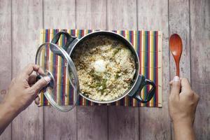 refeição biryani de carneiro em uma tigela na mesa. foto