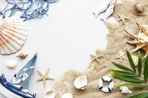 conchas do mar na areia. conceito de viagens foto