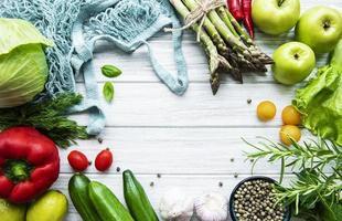 legumes e frutas frescas com um saco de barbante foto