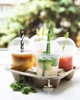 várias bebidas geladas de verão foto