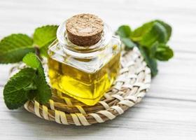 óleo de aroma essencial com menta foto