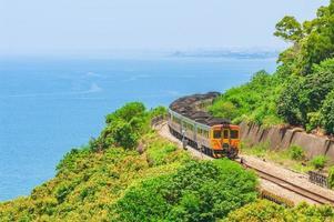 trem circula na linha sul da ferrovia taiwan no condado de pingtung foto