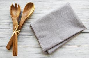 duas colheres de salada de madeira foto
