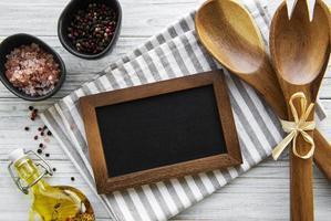 quadro de giz vazio e utensílios de cozinha foto