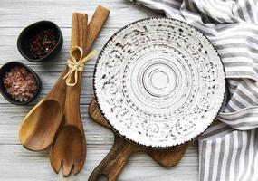 prato vazio em uma mesa de madeira foto
