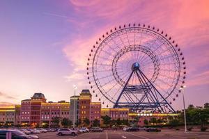 parque temático com roda gigante em taichung ao entardecer, taiwan foto