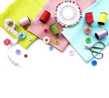 acessórios de costura em um fundo branco foto