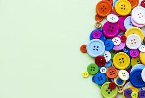 costura botões em fundo verde pastel foto