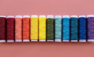 carretéis de linha nas cores do arco-íris foto