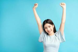 mulher asiática mostrando sentimento de triunfo foto