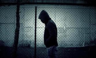 jovem gangue de rua com máscara foto