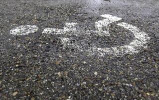 sinal de deficiente no asfalto foto