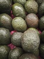 abacate na loja de frutas foto
