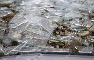 vidro quebrado em pedaços foto