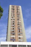 prédio alto e longo foto