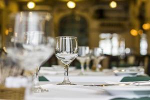 copos na mesa de jantar foto