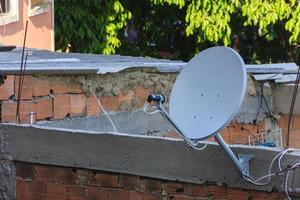 antena de televisão na favela foto