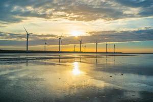silhueta da matriz de turbinas eólicas no pantanal gaomei, taiwan foto