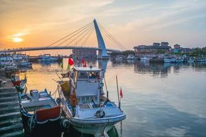 a ponte do amante no cais do pescador, taipei, taiwan foto
