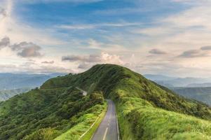 cenário na estrada número 102 em new taipei, taiwan foto
