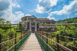 ruína no final de uma ponte pênsil em new taipei, taiwan foto