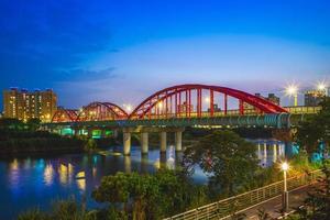 ponte de tubo sobre o rio em taipei, taiwan foto