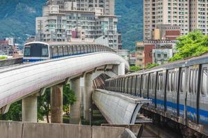 linha vermelha do metrô de tamsui para xinyi em taipei, taiwan foto
