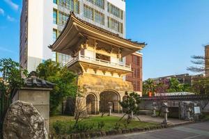 torre do sino de donghe do templo soto zen daihonzai em taipei, taiwan foto