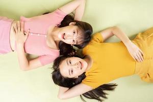 retrato de duas lindas garotas asiáticas foto