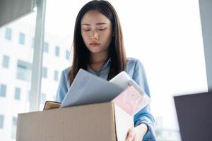mulher asiática está deprimida porque foi demitida foto
