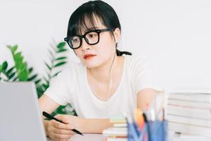 empresária asiática está cansada e dor de cabeça com muito trabalho dentro do prazo foto