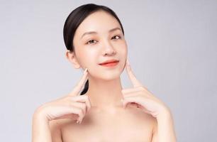 linda mulher asiática se sente feliz com uma linda pele saudável foto