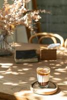 xícara de café suja dupla ou café expresso com leite e chocolate foto