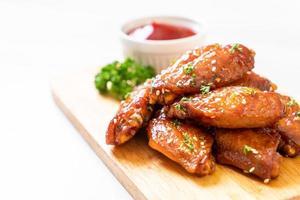 Asas de frango assado com gergelim branco foto
